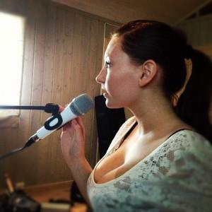 bigtits_Amateur_singer