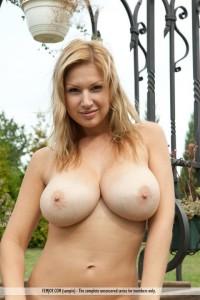 Carol-Goldnerova-topless