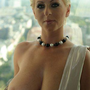 julia sonnet boobs
